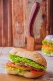 Σάντουιτς με το ψημένο κοτόπουλο, τη σαλάτα φύλλων και τις ντομάτες στο ξύλινο baskgraund Εκλεκτική εστίαση Στοκ φωτογραφία με δικαίωμα ελεύθερης χρήσης