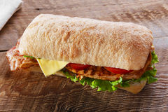 Σάντουιτς με το ψημένο στη σχάρα τυρί μπέϊκον ντοματών κοτόπουλου Στοκ εικόνες με δικαίωμα ελεύθερης χρήσης