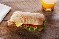 Σάντουιτς με το ψημένο στη σχάρα τυρί μπέϊκον ντοματών κοτόπουλου Στοκ φωτογραφία με δικαίωμα ελεύθερης χρήσης