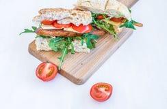Σάντουιτς με το carpaccio κοτόπουλου, τυρί παρμεζάνας, φρέσκο κεράσι Στοκ εικόνα με δικαίωμα ελεύθερης χρήσης