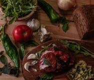 Σάντουιτς με το pesto, την ξηραμένη από τον ήλιο ντομάτα, το βασιλικό, το arugula και το καπνισμένο βόειο κρέας Στοκ φωτογραφία με δικαίωμα ελεύθερης χρήσης
