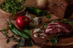 σάντουιτς με το pesto, τις ξηραμένες από τον ήλιο ντομάτες, το βασιλικό, το arugula και το καπνισμένο κρέας Στοκ εικόνα με δικαίωμα ελεύθερης χρήσης