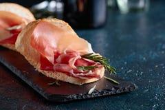 Σάντουιτς με το prosciutto και το δεντρολίβανο Στοκ φωτογραφία με δικαίωμα ελεύθερης χρήσης
