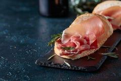 Σάντουιτς με το prosciutto και το δεντρολίβανο Στοκ Εικόνες