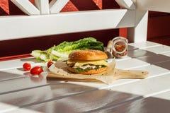 Σάντουιτς με burger κοτόπουλου Στοκ εικόνες με δικαίωμα ελεύθερης χρήσης