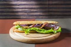 Σάντουιτς μπέϊκον και φρέσκα λαχανικά στοκ εικόνα με δικαίωμα ελεύθερης χρήσης