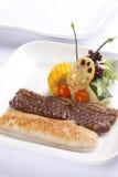 Σάντουιτς μπριζόλας σε ένα πιάτο στοκ φωτογραφία