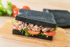 σάντουιτς ξυλάνθρακα τόνου Στοκ Εικόνα