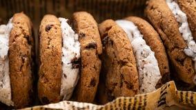 Σάντουιτς παγωτού με τον υπερυψωμένο πυροβολισμό μπισκότων τσιπ σοκολάτας σε ένα υπόβαθρο εγγράφου στοκ εικόνες