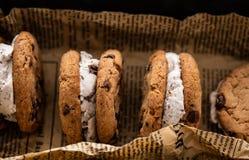 Σάντουιτς παγωτού με τον υπερυψωμένο πυροβολισμό μπισκότων τσιπ σοκολάτας σε ένα υπόβαθρο εγγράφου στοκ φωτογραφία με δικαίωμα ελεύθερης χρήσης