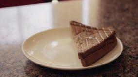Σάντουιτς που τίθενται σε ένα πιάτο Κινηματογράφηση σε πρώτο πλάνο φιλμ μικρού μήκους