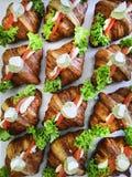 Σάντουιτς προγευμάτων με τα μίνι croissants, τις καπνισμένους φέτες σολομών και το μαϊντανό στο διαμορφωμένο υπόβαθρο Croissants  Στοκ Φωτογραφίες