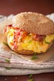 Σάντουιτς προγευμάτων bagel με το τυρί μπέϊκον αυγών Στοκ φωτογραφία με δικαίωμα ελεύθερης χρήσης