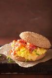Σάντουιτς προγευμάτων bagel με το τυρί μπέϊκον αυγών Στοκ εικόνες με δικαίωμα ελεύθερης χρήσης