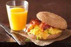 Σάντουιτς προγευμάτων bagel με το τυρί μπέϊκον αυγών Στοκ Εικόνα