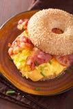 Σάντουιτς προγευμάτων bagel με το τυρί μπέϊκον αυγών Στοκ εικόνα με δικαίωμα ελεύθερης χρήσης