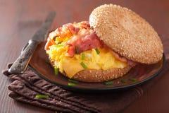 Σάντουιτς προγευμάτων bagel με το τυρί μπέϊκον αυγών Στοκ φωτογραφίες με δικαίωμα ελεύθερης χρήσης