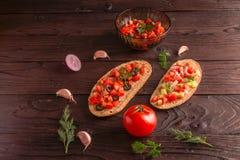 Σάντουιτς σαλάτας, σαλάτα ντοματών με τις ελιές και αγγούρι πρασινάδα στοκ εικόνες με δικαίωμα ελεύθερης χρήσης