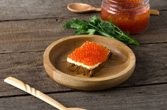Σάντουιτς σολομών βουτύρου πρασινάδα πιάτων χαβιαριών ξύλινη στοκ εικόνες