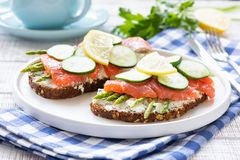 Σάντουιτς σολομών με το σπαράγγι, το τυρί κρέμας και το αγγούρι Στοκ Εικόνες