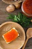 Σάντουιτς σολομών τοπ άποψη πιάτων χαβιαριών ξύλινη στοκ φωτογραφία με δικαίωμα ελεύθερης χρήσης