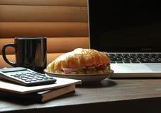 Σάντουιτς στο γραφείο Στοκ εικόνα με δικαίωμα ελεύθερης χρήσης