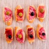 Σάντουιτς του άσπρου ψωμιού, σε δύο σειρές, με το σαλάμι, ζαμπόν, τυρί α Στοκ φωτογραφίες με δικαίωμα ελεύθερης χρήσης