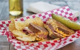 Σάντουιτς του Reuben ύφους Deli με τα τσιπ πατατών Στοκ Φωτογραφίες