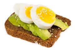 Σάντουιτς το αβοκάντο και το βρασμένο αυγό που απομονώνονται με στο λευκό Στοκ Εικόνες