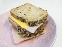 Σάντουιτς τυριών ζαμπόν με το πολυ ψωμί σιταριού, σπιτικό στοκ φωτογραφία