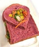 Σάντουιτς τόνου με ένα ψωμί μορφής καρδιών Καλά τρόφιμα στοκ εικόνες