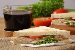 Σάντουιτς τόνου με το μαύρο καφέ στοκ φωτογραφία με δικαίωμα ελεύθερης χρήσης