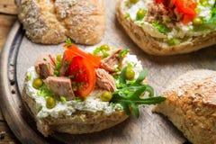 Σάντουιτς φιαγμένο από τυρί, τόνο και ντομάτα εξοχικών σπιτιών Στοκ φωτογραφία με δικαίωμα ελεύθερης χρήσης