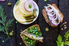 Σάντουιτς ψαριών και ένα πιάτο με τα κρεμμύδια λεμονιών Στοκ Εικόνες