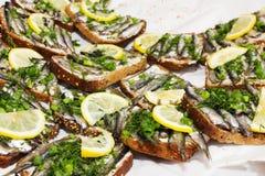 Σάντουιτς ψαριών με τα κρεμμύδια λεμονιών Στοκ Φωτογραφίες
