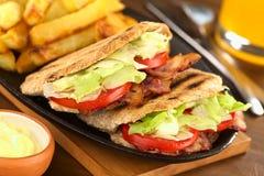 Σάντουιτς BLT (ντομάτα μαρουλιού μπέϊκον) Pita Στοκ εικόνες με δικαίωμα ελεύθερης χρήσης