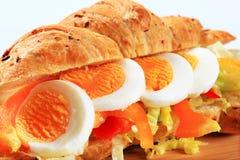 Σάντουιτς Croissant αυγών Στοκ εικόνα με δικαίωμα ελεύθερης χρήσης