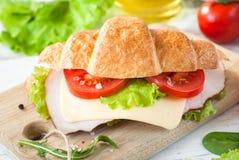 Σάντουιτς Croissant με το μπέϊκον, το τυρί, το μαρούλι και την ντομάτα Στοκ φωτογραφίες με δικαίωμα ελεύθερης χρήσης