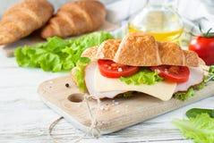 Σάντουιτς Croissant με το μπέϊκον, το τυρί, το μαρούλι και την ντομάτα Στοκ εικόνες με δικαίωμα ελεύθερης χρήσης