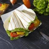 Σάντουιτς - lavash, μπέϊκον, ντομάτα στοκ εικόνα