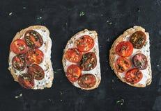 Σάντουιτς Ricotta και κεράσι-ντοματών με το φρέσκο θυμάρι πέρα από ένα dar Στοκ εικόνα με δικαίωμα ελεύθερης χρήσης