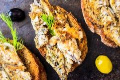 Σάντουιτς, tapas με τα ψημένα στη σχάρα ψάρια Στοκ εικόνα με δικαίωμα ελεύθερης χρήσης