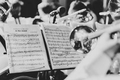 Σάλπιγγα στα χέρια ενός μουσικού στη ζώνη Στοκ Φωτογραφίες