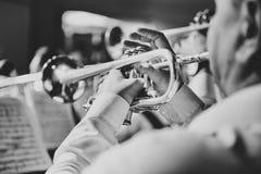 Σάλπιγγα στα χέρια ενός μουσικού στη ζώνη Στοκ φωτογραφία με δικαίωμα ελεύθερης χρήσης