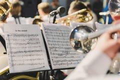 Σάλπιγγα στα χέρια ενός μουσικού στη ζώνη Στοκ φωτογραφίες με δικαίωμα ελεύθερης χρήσης