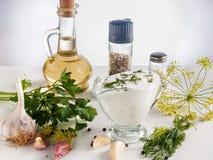 Σάλτσα από την ξινή κρέμα με τα καρυκεύματα, χορτάρια, σκόρδο Στοκ Εικόνες
