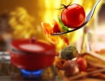 Σάλτσα βασιλικού, ζυμαρικών και ντοματών Στοκ Εικόνες