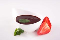 Σάλτσα και φράουλα σοκολάτας Στοκ εικόνες με δικαίωμα ελεύθερης χρήσης