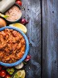 Σάλτσα ντοματών τόνου, συστατικά στο μπλε ξύλινο υπόβαθρο, τοπ άποψη, Στοκ Εικόνες