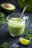 Σάλτσα σαλάτας αβοκάντο Κρεμώδης σάλτσα αβοκάντο στο γυαλί στοκ φωτογραφίες